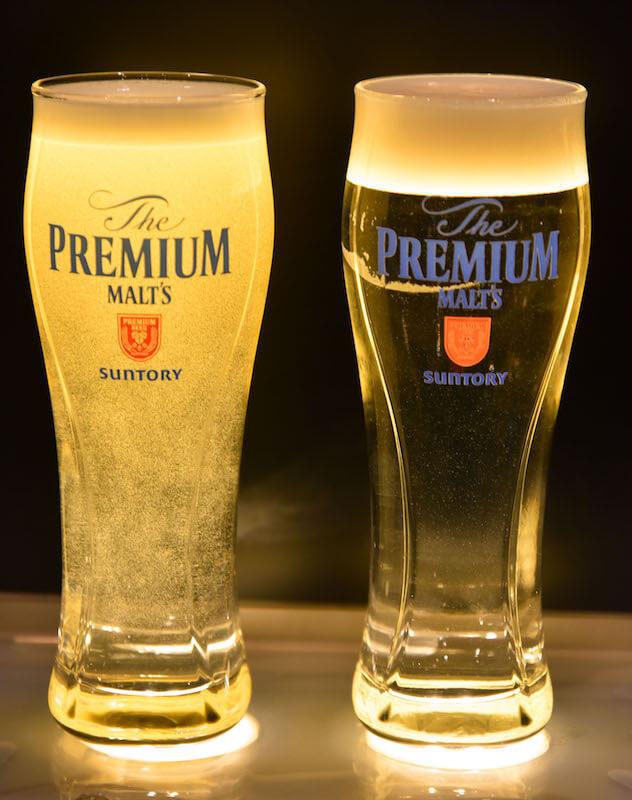 啤酒泡沫比較(右邊是神泡,左邊是隨意的倒法)